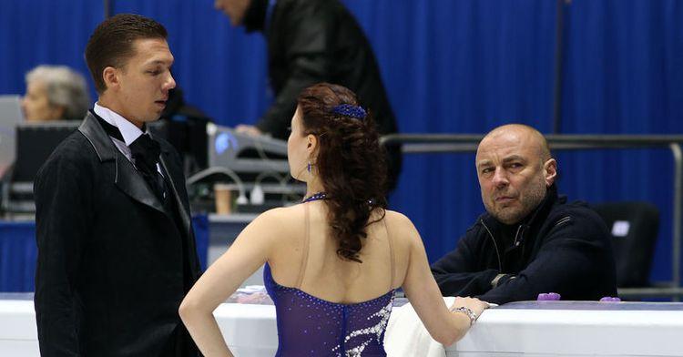 Екатерина Боброва и Дмитрий Соловьев в компании со своим тренером Александром Жулиным